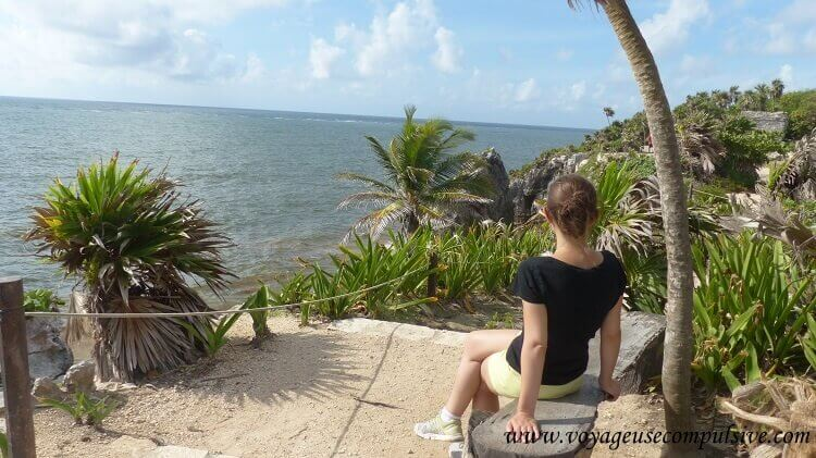 Vue sur les ruines de Tulum et la mer des Caraïbes, entourés de palmiers
