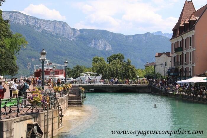 La vieille ville d'Annecy, fleurie en plein été