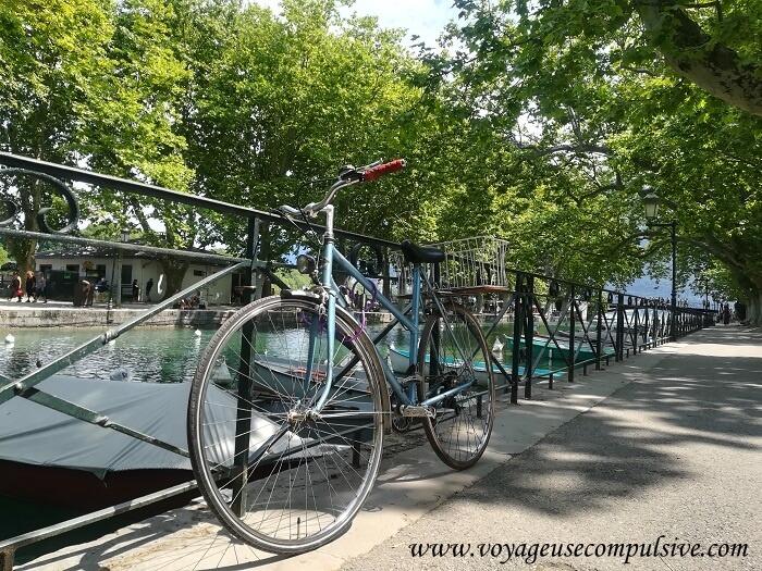 Vue sur une bicyclette attaché aux rambardes du canal de Vassé, à quelques pas du pont des Amours d'Annecy