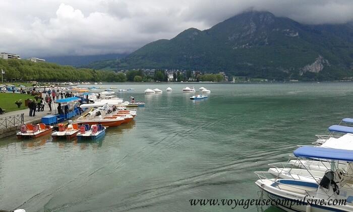 Le lac d'Annecy et ses nombreux bateaux et pédalos que l'on peut louer pour réaliser une petite balade en autonomie.
