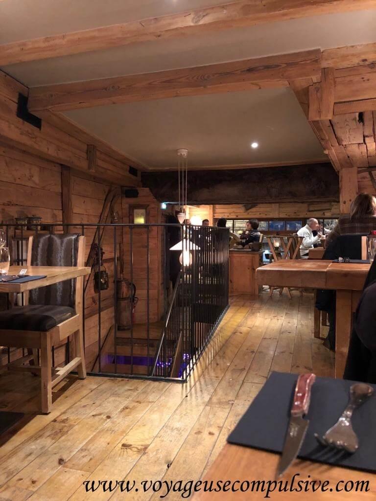 Salle du restaurant savoyard Le Chalet dans la vieille ville d'Annecy.