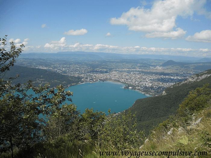 Vue sur le lac et la ville d'Annecy depuis le Mont Barron.