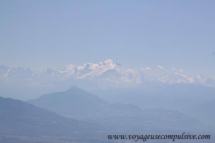 Vue sur le Mont-Blanc depuis la pancarte du col de la Faucille.