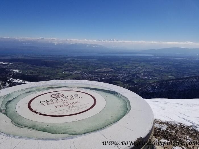Vue sur le Mont-Blanc et Genève depuis le sommet du Petit Montrond lors d'une randonnée en plein hiver.