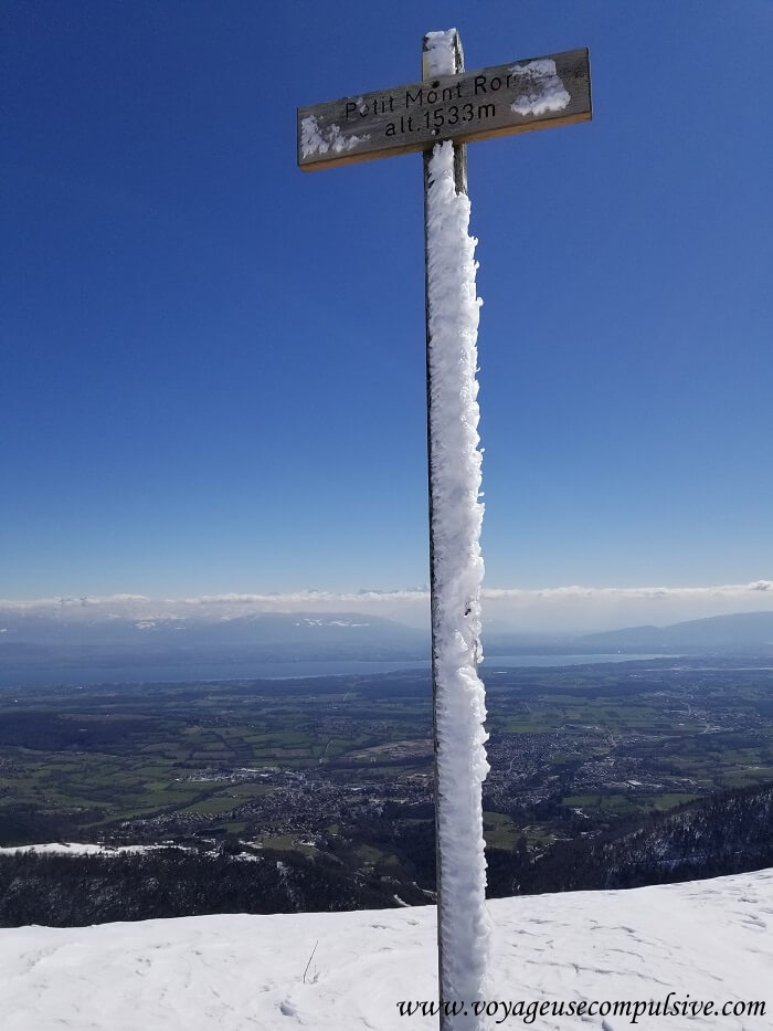 Pancarte du Petit Montrond qui culmine à 1 533 mètres d'altitude avec une vue sur le Mont-Blanc et Genève.
