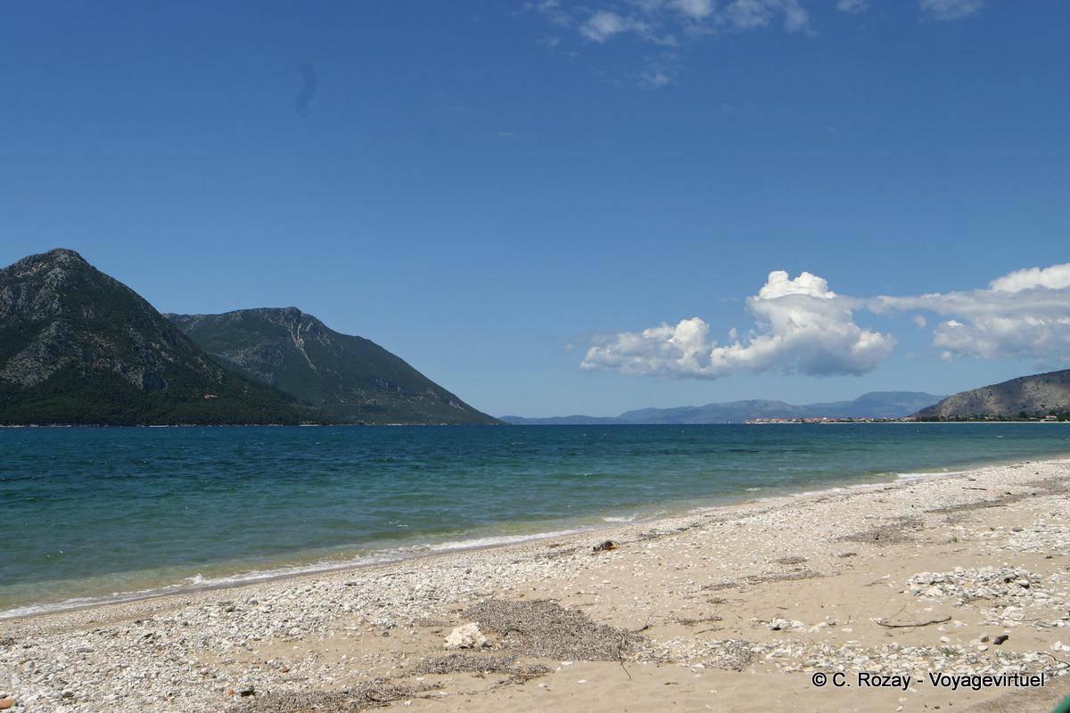 Spiaggia di fronte allisola di Kalamos Mitikas  Grecia