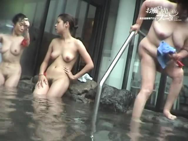 Jolie asiatique nue dans une piscine extrieure  Blog Voyeur