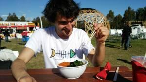 Tratando de comer con tradicionales cubiertos orientales
