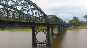 Kennedy Bridge cruzando el Burnett River