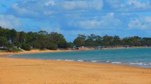 Torquay Beach en Hervey Bay, una playa tranquila y relajada, sin embargo hay algunas rocas que hay tener cuidado mientras te bañes.