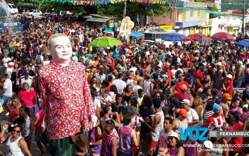 """Bloco """"Boi da Mãe"""" levou multidão às ruas de Tracunhaém nesta segunda (12)"""