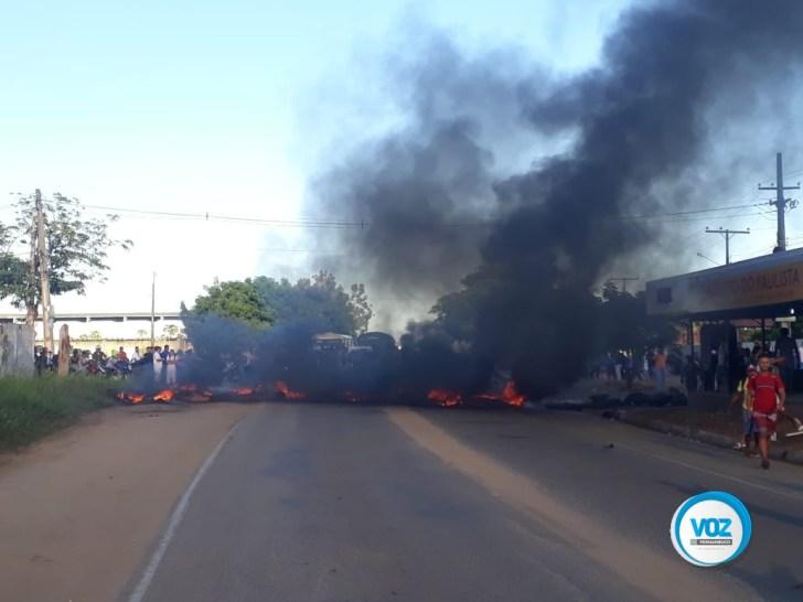 Moradores protestaram na manhã desta segunda-feira (15) em Lagoa do Carro