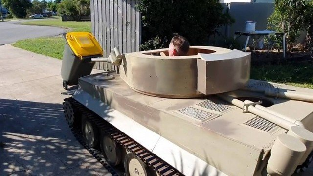 Adolescente usa réplica de tanque de guerra para pôr lixo para fora de casa durante a quarentena - Voz do Bico