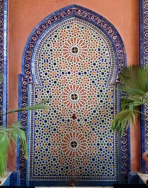 Geometrische patronen zijn verwerkt in deze fontein in Marokko