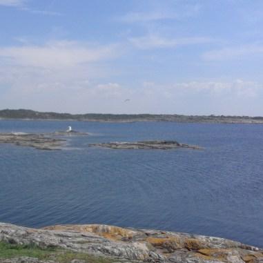 Utsikt ifrån Risholmen mot Hållsundsudde. Kumlet man ser heter Fluet.