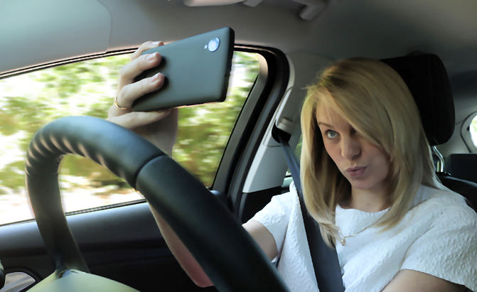 https://i0.wp.com/www.vrdriversim.com.au/wp-content/uploads/2017/02/Distracted_Driver-Female_6.jpg?w=1040&ssl=1