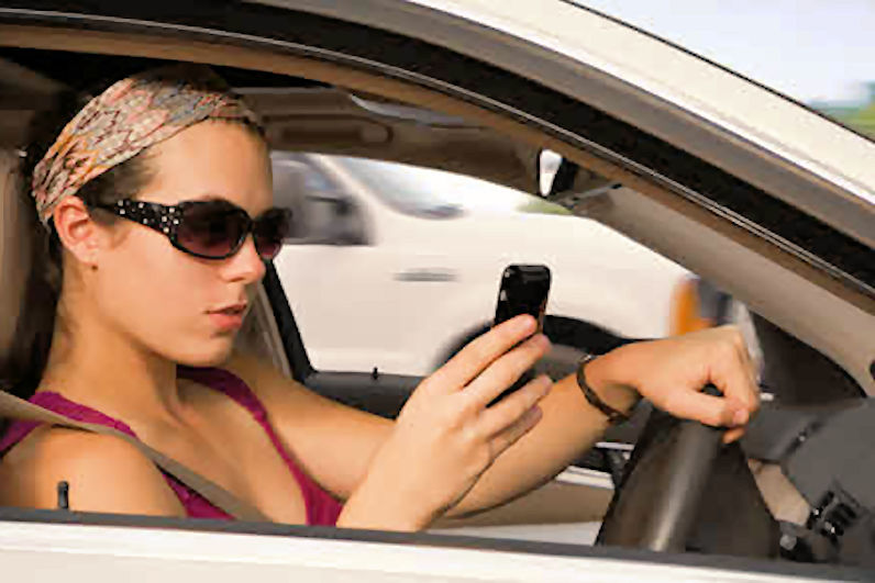 https://i0.wp.com/www.vrdriversim.com.au/wp-content/uploads/2017/03/Distracted_Driver-Female_10.jpg?w=1040&ssl=1