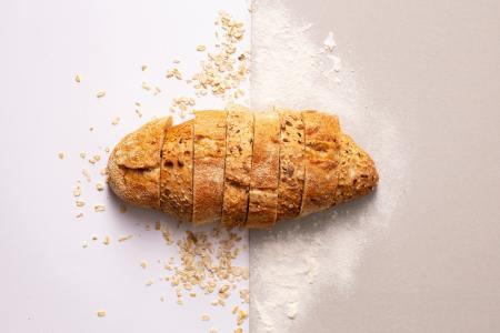 Illustratieve afbeelding bij de post vleesvervanger voor op brood: een gesneden brood.