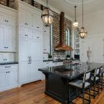 Tips For Creating Beautiful Black Or White Retro Themed Kitchens 14