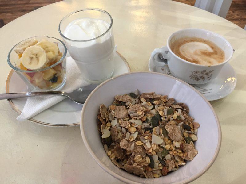 Ontbijt in Boedapest: yoghurt, vers fruit, muesli en een cappuccino