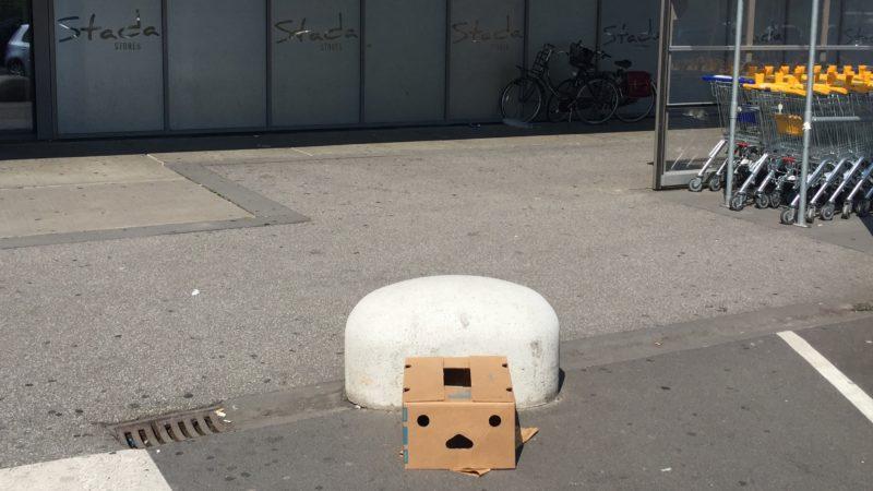 Een verlaten doos voor een supermarkt die net op een angstig gezichtje lijkt