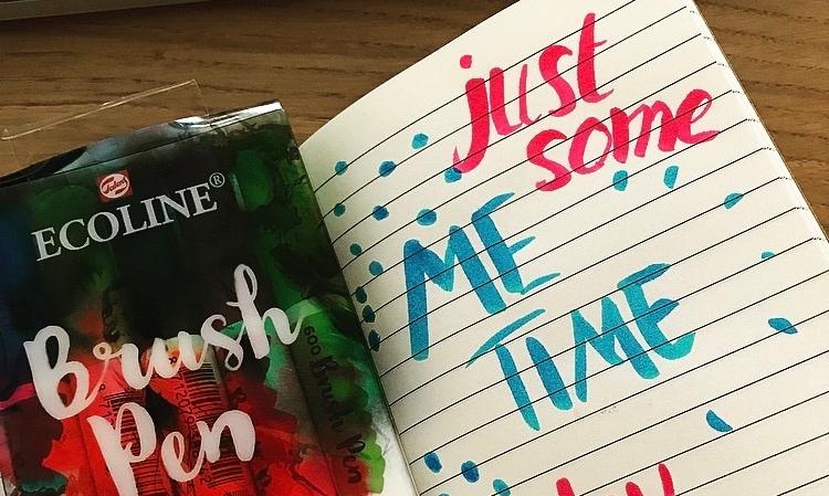 Brush pens en kladblokje met de tekst Just some me time today!