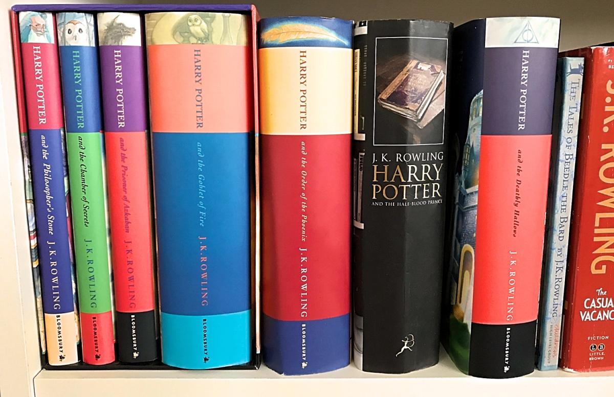 Harry Potter serie boeken op de plank in de kast