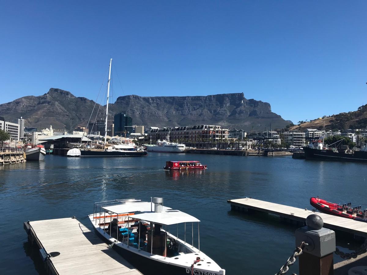 Tafelberg vanaf het V&A Waterfront in Kaapstad