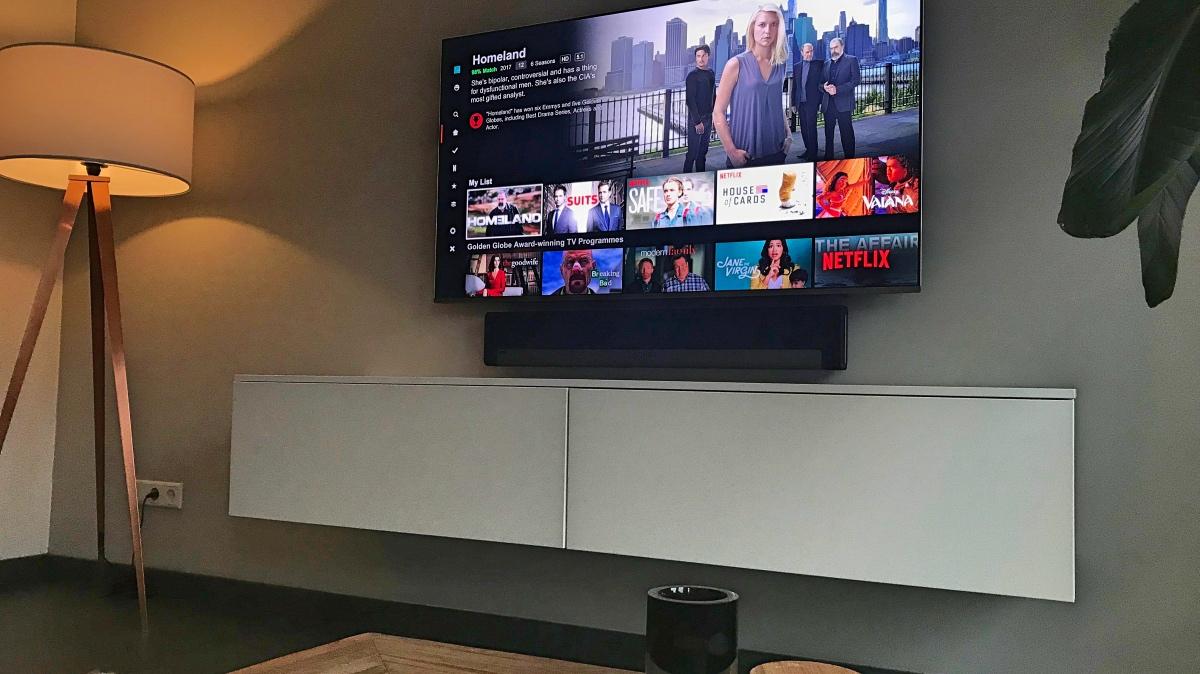 Televisie met beginscherm van Netflix series en films