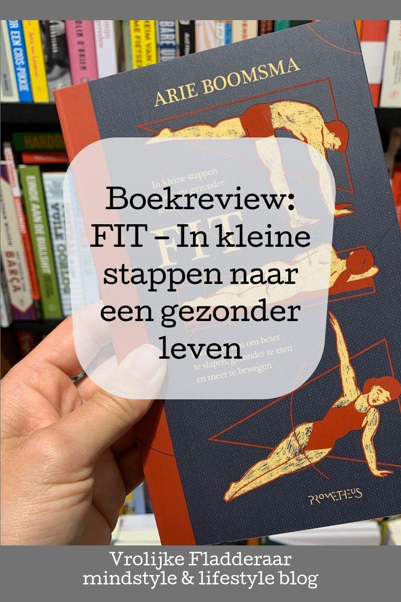 Boek 'Fit - in kleine stappen naar een gezonder leven' van Arie Boomsma in de boekhandel met tekst eroverheen van een review/recensie