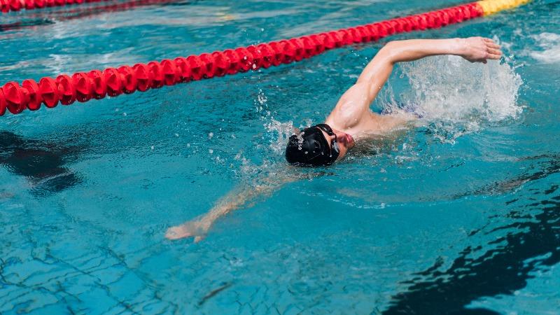 5 รูปแบบการฝึกว่ายน้ำสำหรับนักวิ่ง