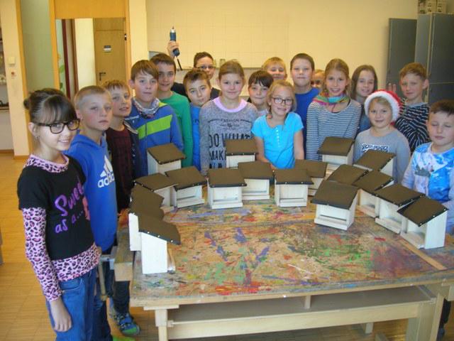 Die SchülerInnen der Vierten Klassen mit Ihren Vogelhäusern