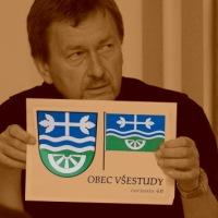 starosta obce Všestudy ukazuje schválený návrh obecního znaku a vlajky