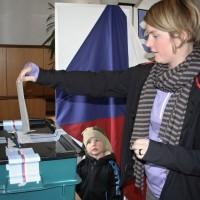 volička ve Všestudech vhazuje volební lístek