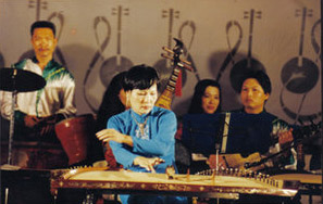 Phương Bảo performing on the zither