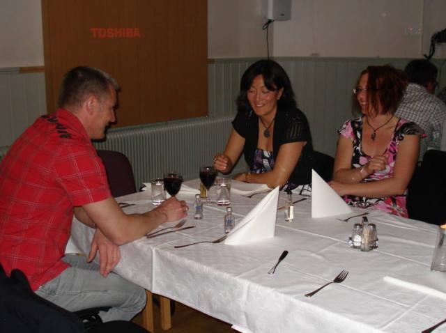 Ordförande Mikael smuttar på lite rött tillsammans med Linda och Maria.