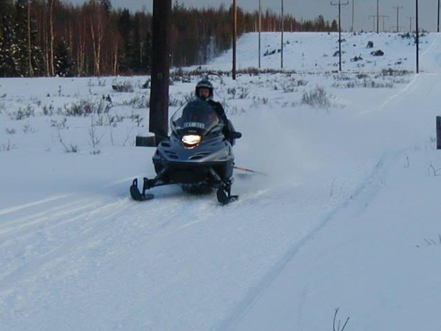 Någon arbetsmaskin krävs inte, går bra att dra i fart. Risken är att snön hamnar på sidan av leden.