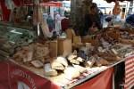 Фермерские сыры и хлеба на рынке в Экс-Ан-Провансе