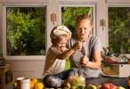 Филипп и Оля заняты важным делом - приготовлением домашнего лимонада