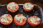 Получившуюся чесночную пасту ложкой намазываем на каждый из запекающихся помидоров