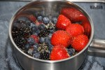 Готовим свежие ягоды в кастрюльке на среднем огне
