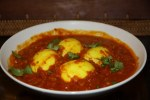 Вареные яйца в томатно-луковом и пряном соусе