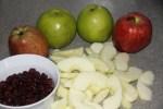 Яблоки и клюква для штруделя