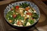 Салат с киноа, шпинатом и копченой паприкой