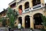 Дома французского квартала выкрашены в горчичный цвет