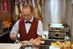 Бармен Рамон готовит нам завтрак