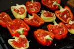 Фаршируем перцы помидорами, чесноком и оливковым маслом
