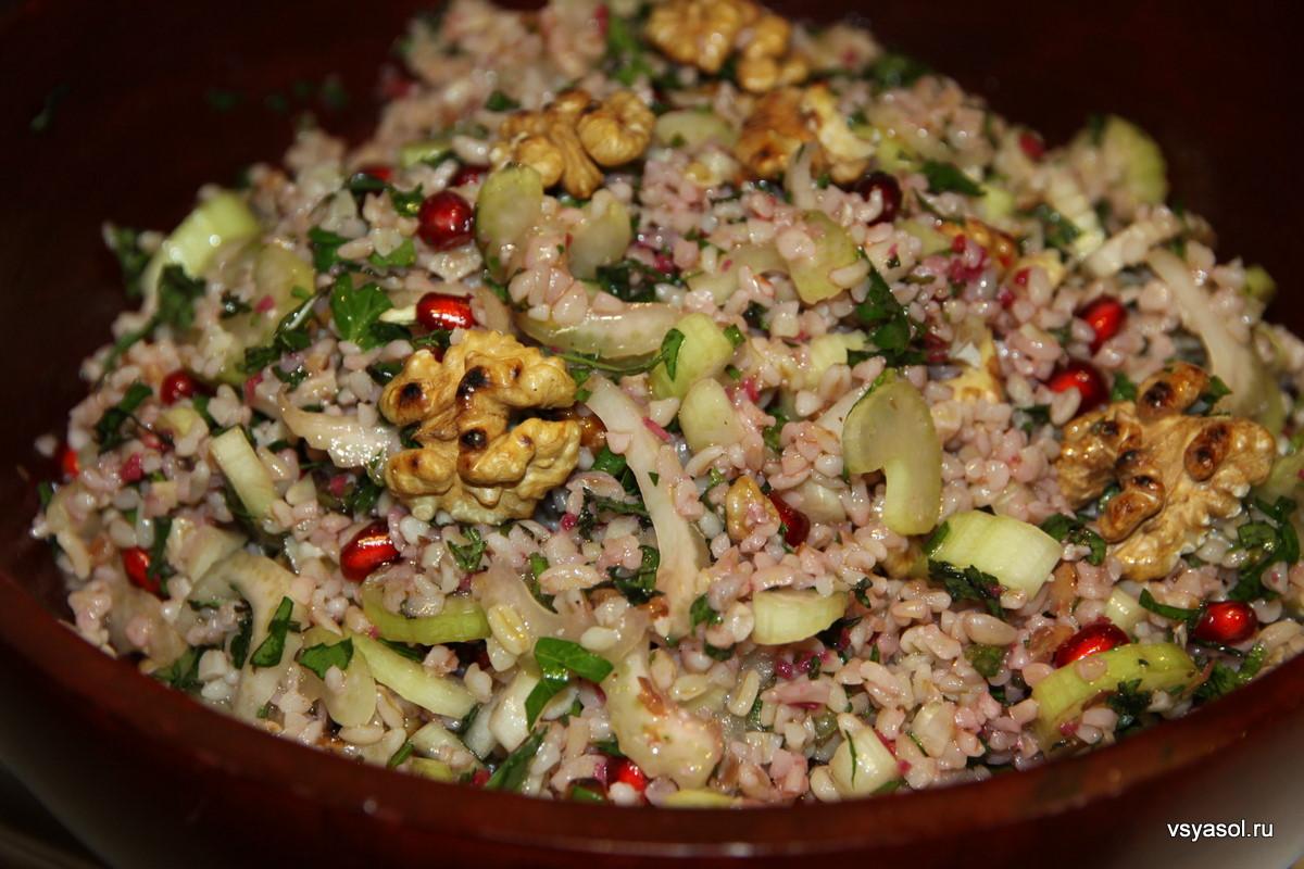 Салат из булгура с сельдереем и гранатом – кулинарный рецепт