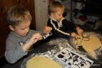 Филипп и Даня вырезают печенья
