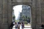 Вид через фрагмент старинной крепостной стены на площадь Независимости в Монтевидео, Уругвай